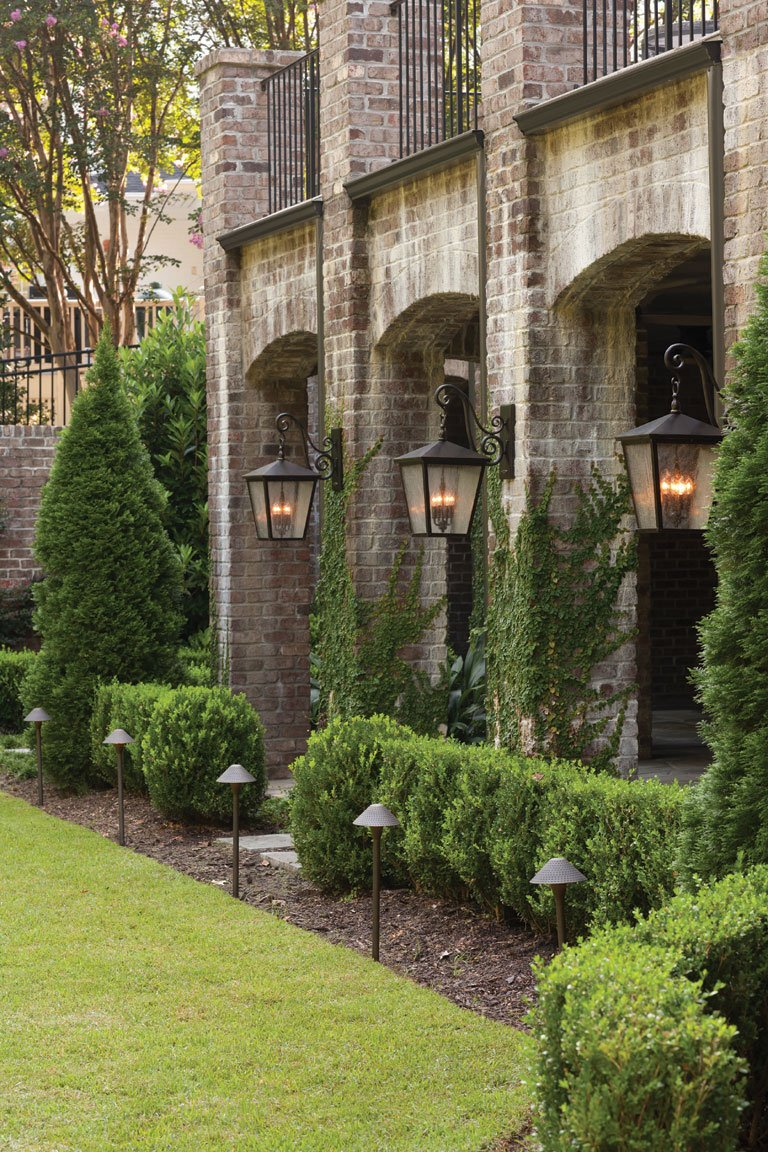 Elegant outdoor garden and landscaping light fixture